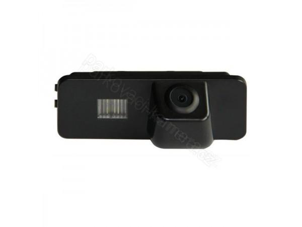 Škoda Superb couvací kamera ve světle SPZ