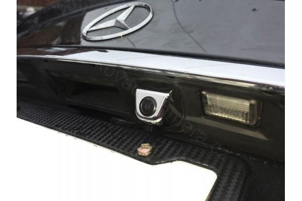 Univerzální kovová parkovací kamera do auta ve stříbrné, bílé a černé barvě. Možnost rozšířit o automatické LED svícení a dynamické trajektorie při couvání.